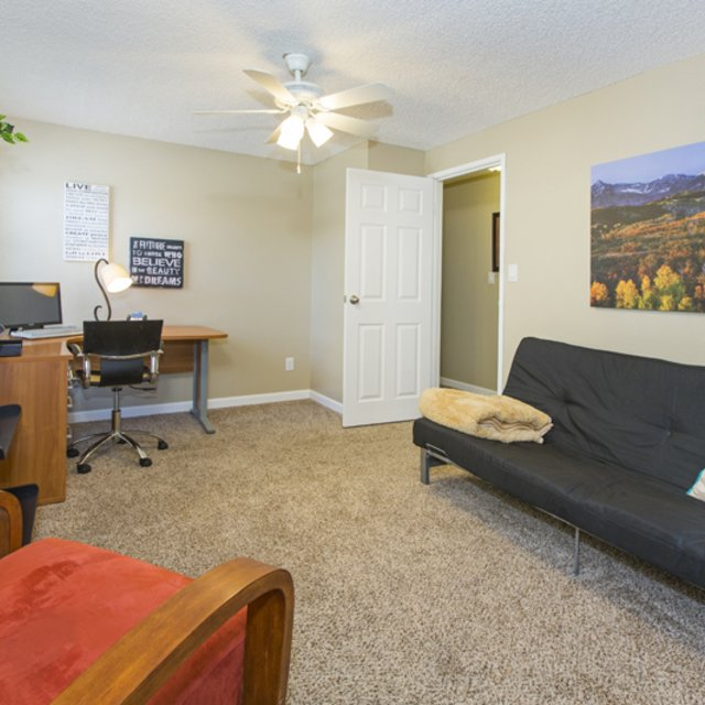 Sterling Heights Apartments - Living Room