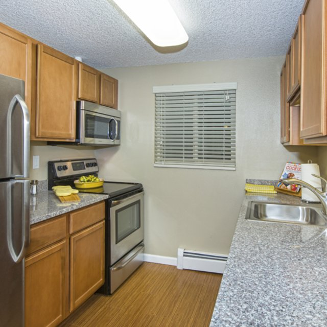 Sterling Heights Apartments - Kitchen